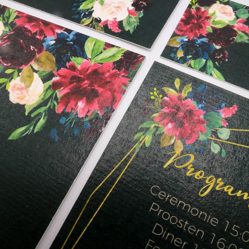 Trouwkaart speciaal ontworpen voor een stijlvolle style shoot. Ontwerp met diepe warme kleuren, watercolor bloem illustraties, sierlijk lettertype en goud accenten.