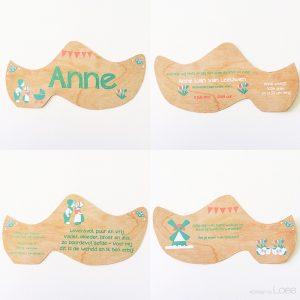 Dit bijzondere geboortekaartje van Anne bestaat uit klompjes met een houtlook achtergrond en hollands thema.