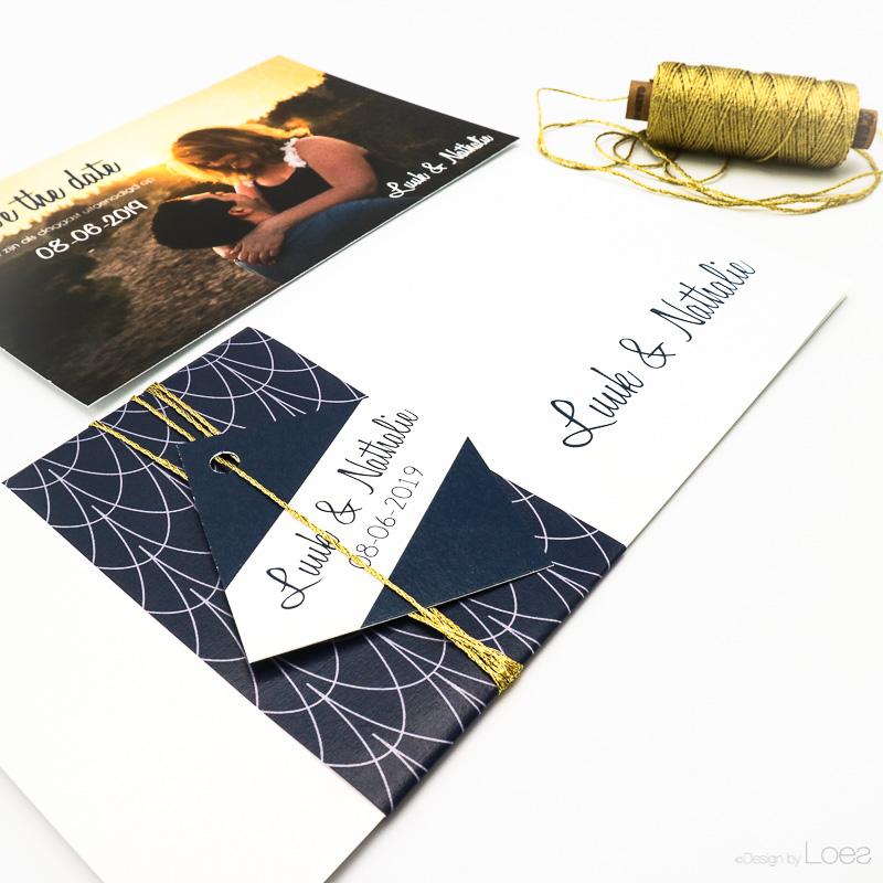 Trouwkaart stijlvol, diepe kleuren met goud accenten, geometrische vormen en bloemen  op maat gemaakt